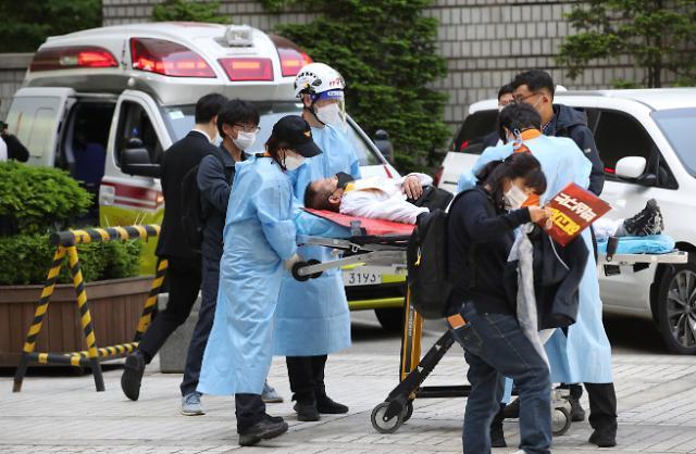 [포토] 병원으로 이송되는 김정남 전 아시아나케이오 지부장