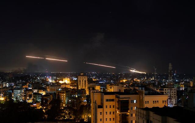 [슬라이드 뉴스] 선명한 미사일 잔상···이스라엘-팔레스타인 무력충돌 심화