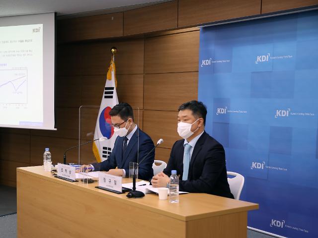 KDI, 올해 성장률 3.8%로 상향… 수출 맑음·고용 흐림