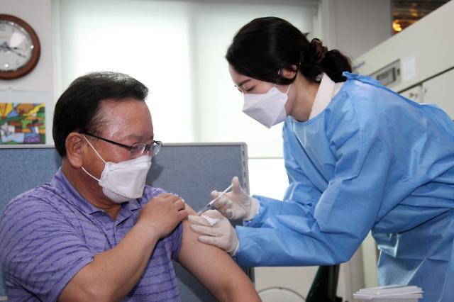 [포토] 백신 접종하는 김부겸 총리