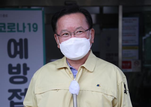 김부겸 총리, AZ 백신 접종 뒤 독감 예방주사와 다르지 않아