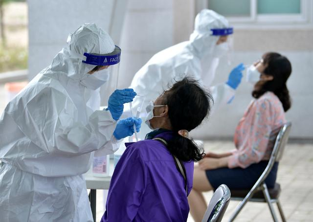 [속보] 코로나19로 어제 4명 사망…누적 1900명