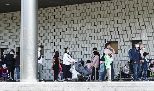 주말 여파에도 코로나 확진자 이틀 연속 600명대…꺾이지 않는 4차 대유행