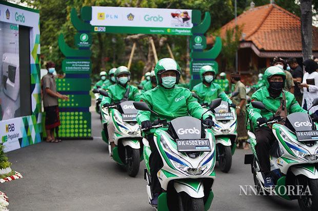 발리에서 운용개시한 전동오토바이에 탑승한 그랩·인도네시아 직원들