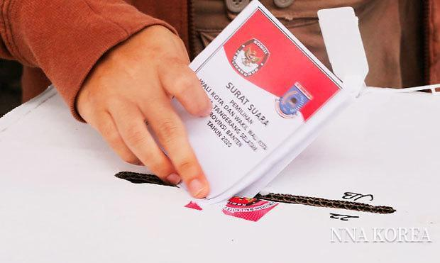 인도네시아, 투표함에 투표용지를 넣는 모습