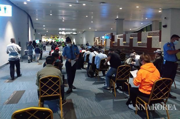 수카르노하타 공항에서 대기하는 입국자