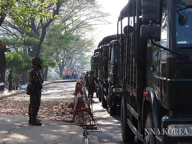 미얀마 중앙은행 앞에 늘어선 군용차, 옆에 선 병사