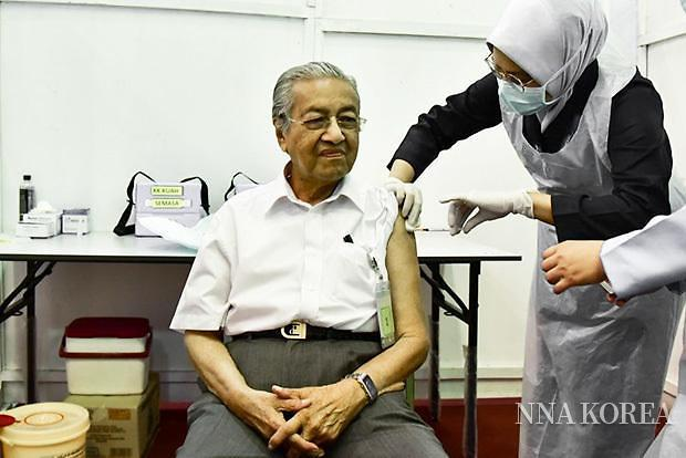 백신을 접종 하는 마하티르 전 총리
