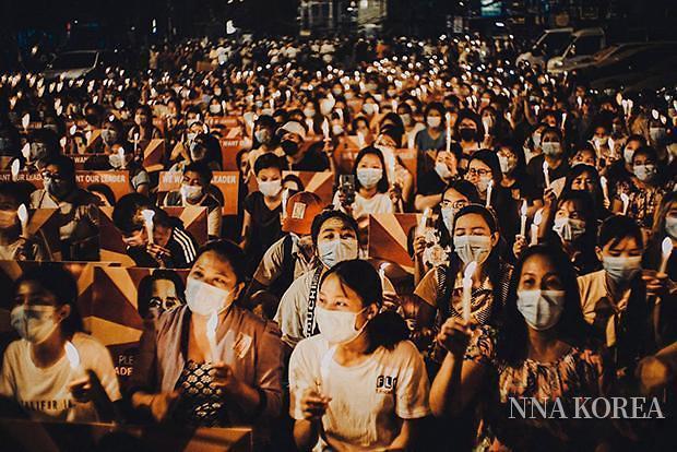 무력시위 희생자를 추모하는 항의집회에 참가한 사람들