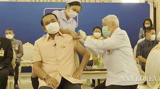 아스트라제네카 백신을 접종받는 쁘라윳 총리