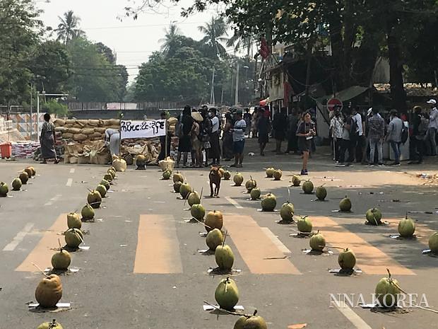양곤, 코코넛 시위모습