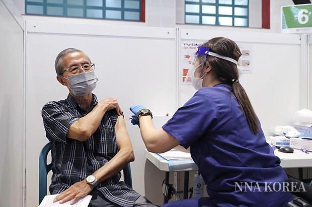 싱가포르, 백신을 접종맞는 모습