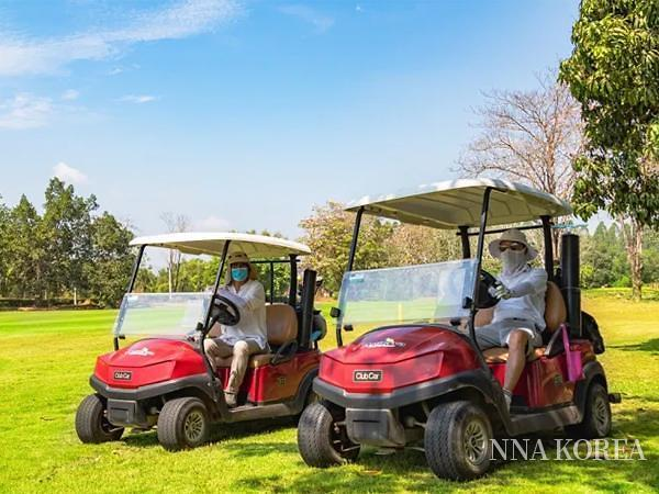 골프장 검역 패키지를 통해 경기를 즐기는 한국인 관광객