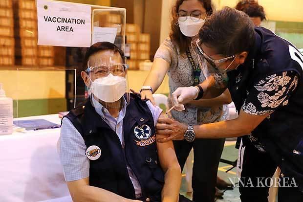 신종 코로나 바이러스 백신을 접종하는 듀케 보건부장관