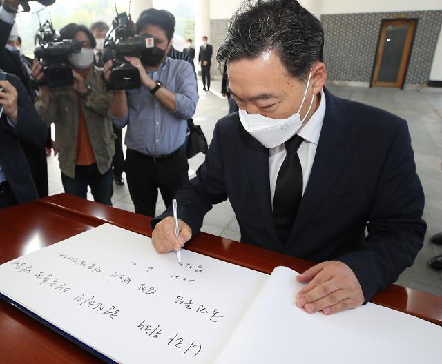 """김오수 현충원 참배…""""국민중심 검찰 만들겠다"""""""