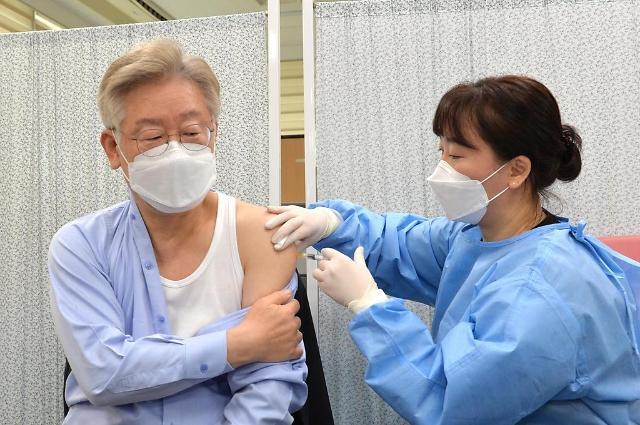 이재명, 아스트라제네카 백신 접종…대면 업무 재개