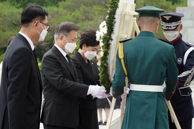 문 대통령 지지율 38.3%로 보합세…오늘 3차 특별방역회의 소집