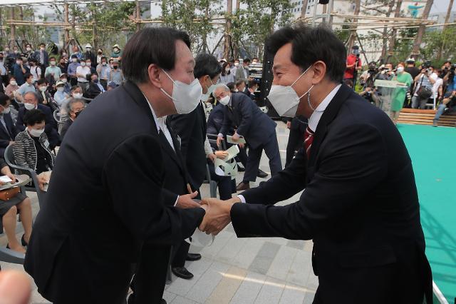 [포토] 오세훈 시장과 인사하는 윤석열 전 총장