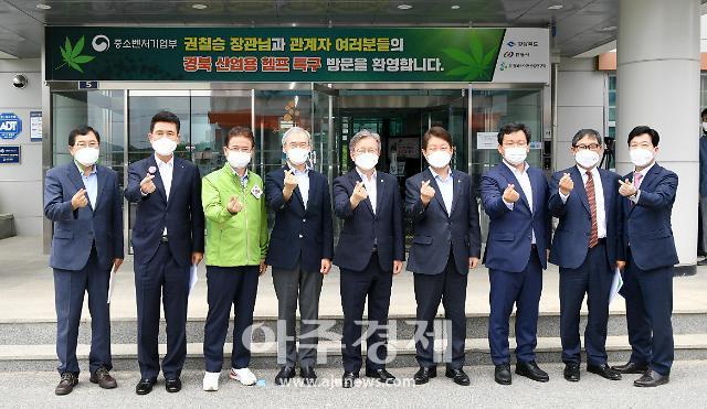 권칠승 중기부 장관, 경북 산업용 헴프 규제자유특구 현장 방문