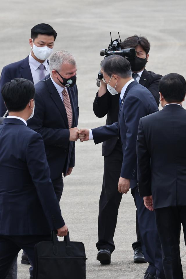 [종합] 18개월 만에 다자외교 재개한 文, G7 참석차 英으로 출국