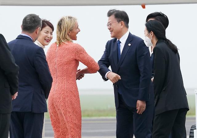 문 대통령, 영국 도착…오늘 보건세션·호주 등과 양자회담 개최