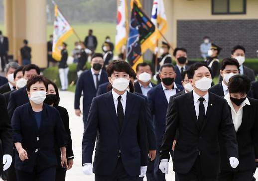 李俊锡携国民力量党领导班子参拜大田显忠院