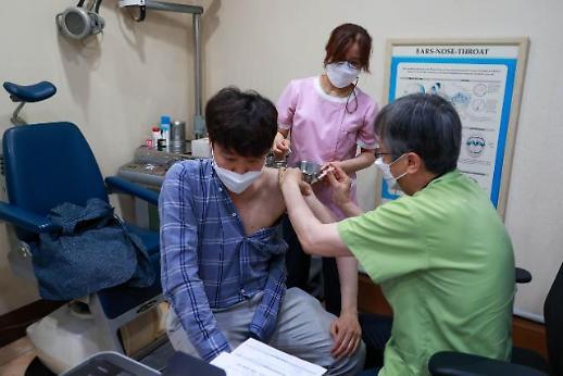 国民力量党代表李俊锡施打杨森疫苗