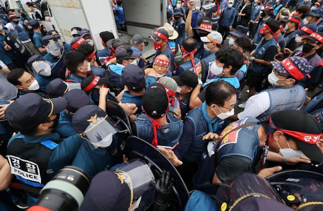 [포토] 경찰과 대치하는 택배노조원들