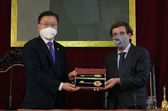 [포토] 행운의 열쇠 선물 받는 문재인 대통령