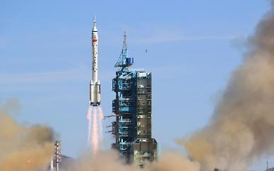 중국, 우주인 3명 탄 '선저우 12호' 발사 성공