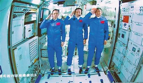 [중국포토] 中유인우주선 선저우 12호, 우주정거장 톈허와 도킹 성공