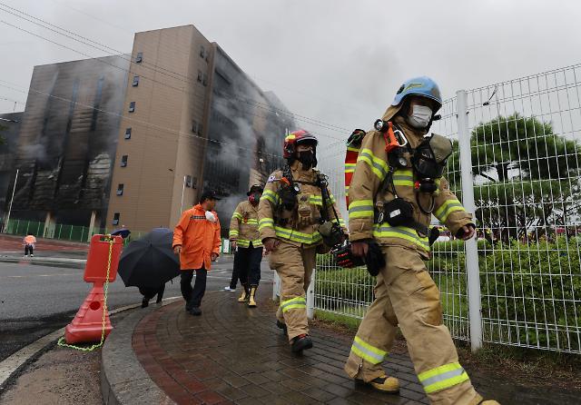 이천 쿠팡물류센터 화재 32시간째 …붕괴·번짐 우려로 진화 난항