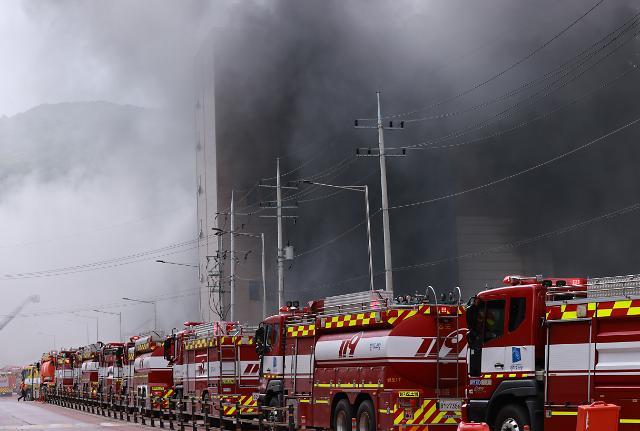 [슬라이드 포토] 검은 연기 내뿜는 쿠팡 물류센터…큰 불길 잡혀