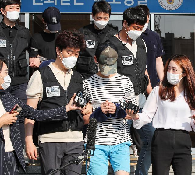 [포토] 검찰로 송치되는 연남동 오피스텔 사망사건 피의자들