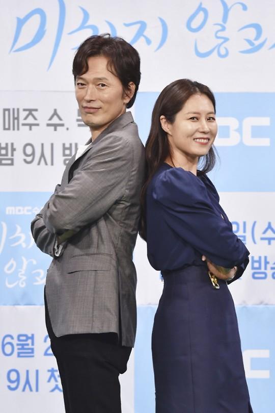 [종합] 문소리·정재영 미치지 않고서야, 버티는 직장인들을 위한 공감 드라마