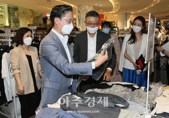 [포토] 제품 구매하는 박진규 산자부 차관-한준석 패션산업협회장