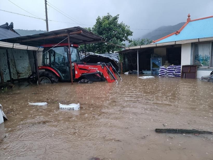 폭우로 물에 잠긴 마을...60대女 물 휩쓸려 사망