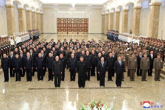 김정은, 신변이상설 보란듯...김일성 27주기 금수산 참배