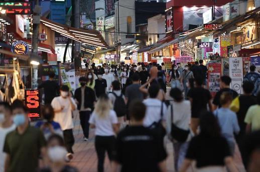 韩首都圈最严防疫响应措施实施在即 周末弘大街头人流不减