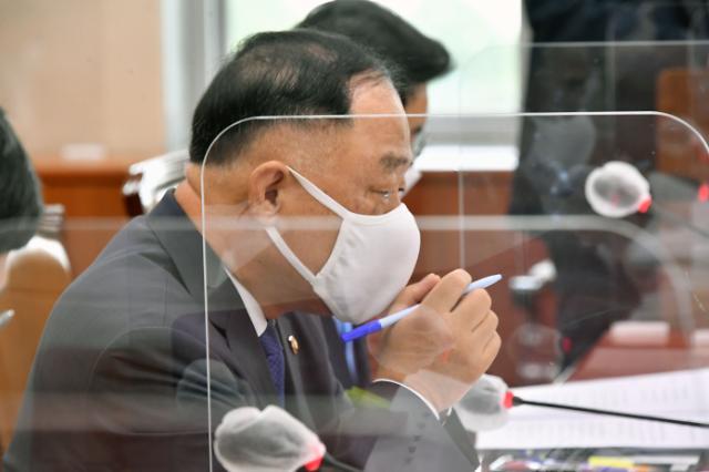 """홍남기, 카드 캐시백 예산 삭감 반대 """"경제 뒷받침 필요"""""""