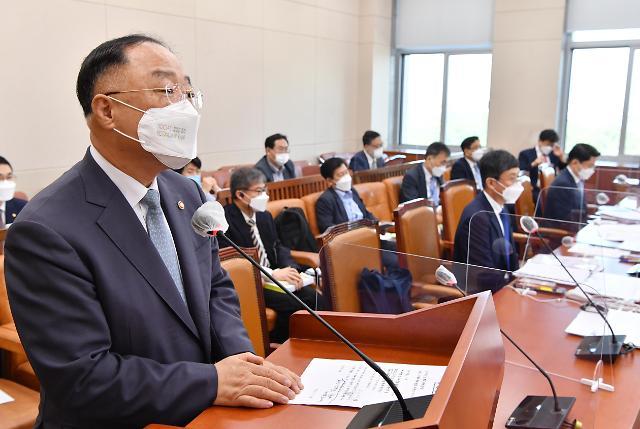 """민주당 """"전국민 지원, 국회 결정 따르겠지""""… 홍남기 """"그렇지 않다"""""""