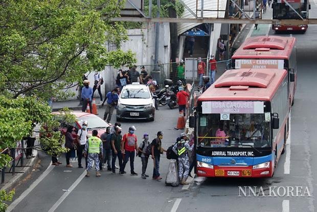 퇴근러쉬 시간대에 버스를 타는 시민들