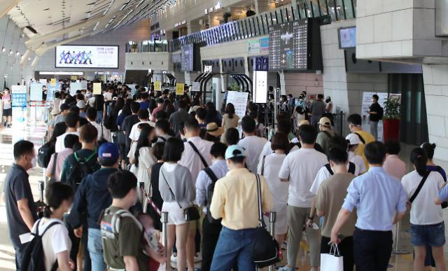 疫情反扑难阻出游热 金浦机场人人从从众
