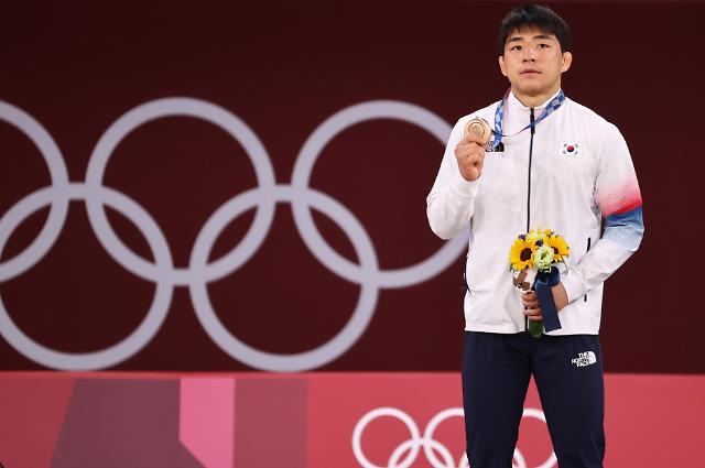 [도쿄올림픽 2020] 동메달 들어보이는 안창림 (포토)