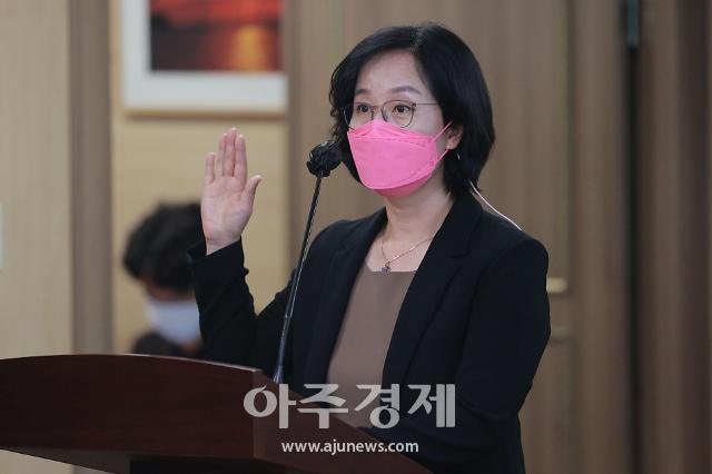 [포토] 선서하는 김현아 서울주택도시공사(SH) 사장 후보자