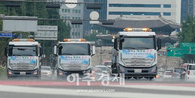 [포토] 서울시 폭염 대비 도로 물청소