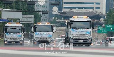 [포토] 서울시 '폭염 대비 도로 물청소'