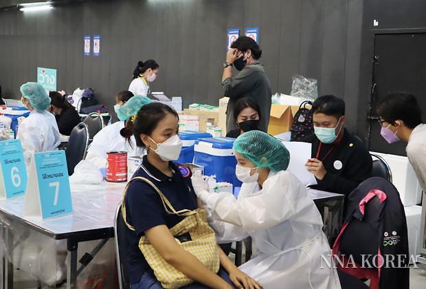 백신을 접종하는 태국여성