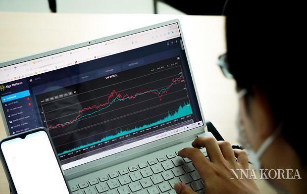 새로운 투자 애플리케이션을 사용하는 모습