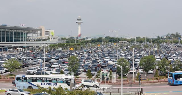 [포토] 여행객 차량으로 가득한 김포공항 주차장